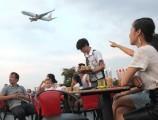 Lên 'trời' bán cà phê ngắm máy bay ở Sài Gòn