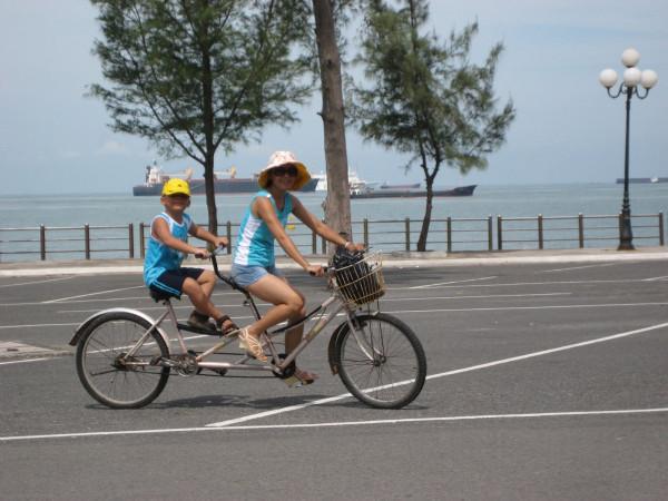 Du khách khi đi du lịch Vũng Tàu rất thích đi xe đạp đôi dạo quanh các con đường dọc bờ biển