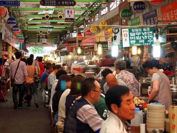 Khu ăn đêm ở chợ Gwangjang là điểm đến ưa thích của nhiều người dân trong thành phố