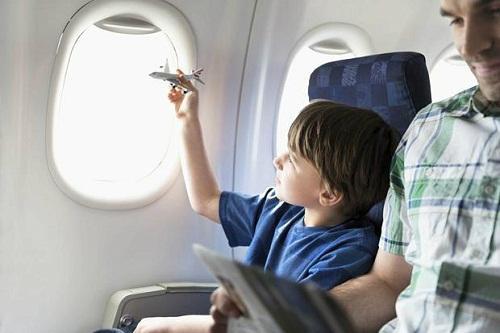 Đồ chơi hoặc một cuốn sách sẽ giúp chuyến bay dài bớt nhàm chán.