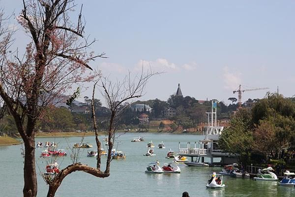 Du thuyền trên hồ Xuân Hương