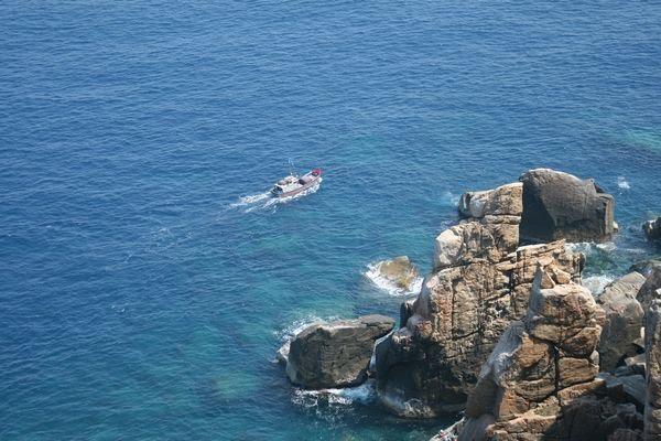 biển xanh dưới hải đăng Đại Lãnh