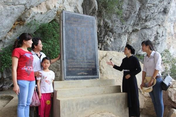 Du khách thăm Cụm tượng đài Bác Hồ
