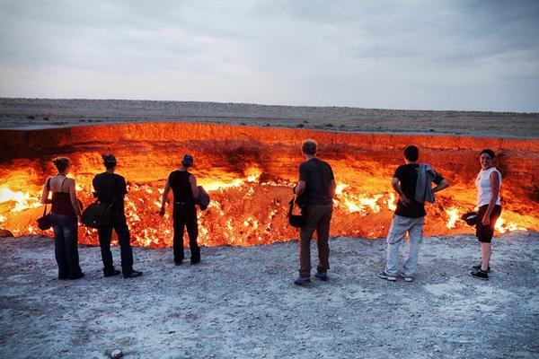 Cửa Vào Địa Ngục là tên của một hố lửa ở Derweze, Turkmenistan
