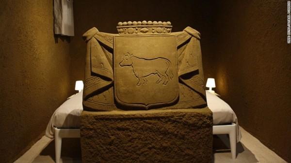 Các phòng khách sạn nằm bên trong tác phẩm điêu khắc cát cao tám mét. Có trang bị đầy đủ tiện nghi: có cửa sổ, Wi-Fi, điện và nước sinh hoạt.