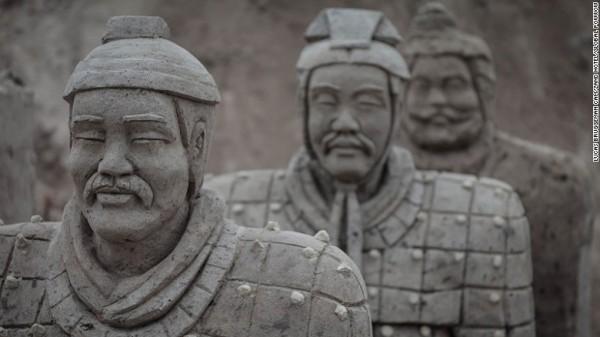 Các khách sạn cát tại Oss được lấy cảm hứng từ Trung Quốc và các tính năng của tác phẩm điêu khắc rồng và quân đất nung.
