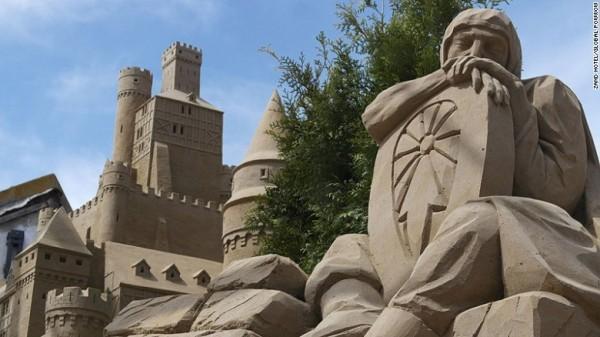 Lễ hội điêu khắc cát ở Brabant . Các lễ hội chạy cho đến ngày 28 tháng 9 tại Sneek, Friesland, và 4 tháng 10 tại Oss, Brabant. Họ thu hút một số nghệ sĩ hàng đầu thế giới và có 30 tác phẩm điêu khắc lớn tại mỗi địa điểm.