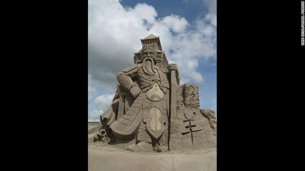 800.000 kg cát đã được sử dụng tại các lễ hội Friesland. Các khách sạn mất bốn tuần để hoàn thành.