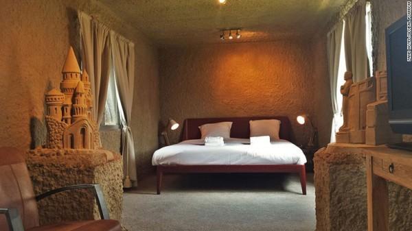 Khách sạn cát đầu tiên trên thế giới được xây dựng từ cát đã mở tại các thị trấn của Hà Lan Oss và Sneak, trùng với lễ hội điêu khắc cát Friesland và Brabant.