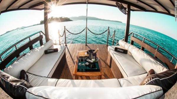 Made in Italy là một nhà hàng nổi mà tiến hành các tour du lịch thuyền xung quanh Flores.