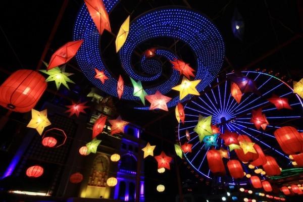 Những chiếc đèn lồng lung linh với nhiều sắc màu độc đáo