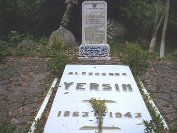 Phần mộ bác sĩ Alexandre Yersin