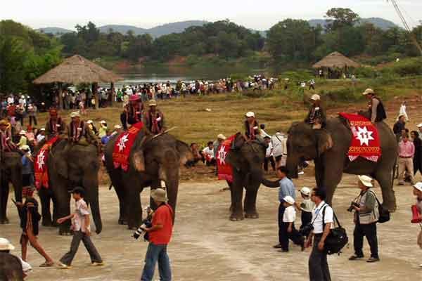 Buôn Đôn hay Bản Đôn thuộc tỉnh Đắk Lắk là một khu du lịch rất hấp dẫn. Nơi đây có vườn quốc gia Yok Don lớn nhất trong 10 vườn quốc gia