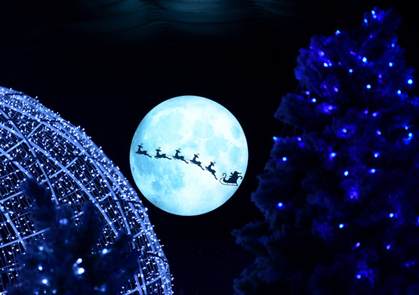Hình ảnh những chú tuần lộc kéo xe ông già Noel bay qua ánh trăng cũng được tái hiện sinh động.