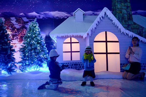 Bên ngoài, trên mái nhà phủ tuyết trắng xóa, bên trong ánh đèn ấm áp