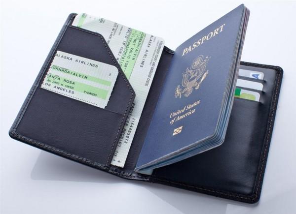 Kiểm tra hết những giấy tờ cần thiết trước khi ra sân bay