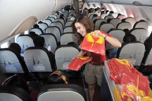 Trên các chuyến bay khai trương, hành khách bất ngờ nhận được nhiều quà tặng thú vị