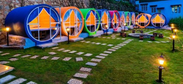 Hostel được thiết kế độc đáo bằng những ống trụ bê tông ốp gỗ nhiều màu