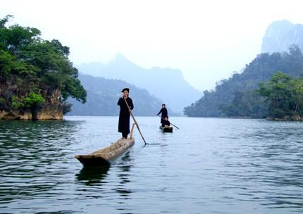Xuôi thuyền trên dòng sông Năng