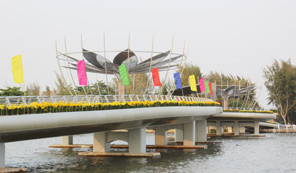 Hoa được trồng ở hai lan can cây cầu