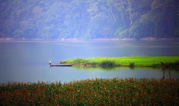 Bình minh ló dạng trên hồ Ba Bể đẹp như một nàng tiên kiêu sa, ảo diệu