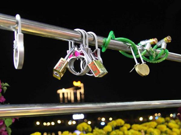 Những ổ khóa tình yêu được du khách khóa trên thành cầu