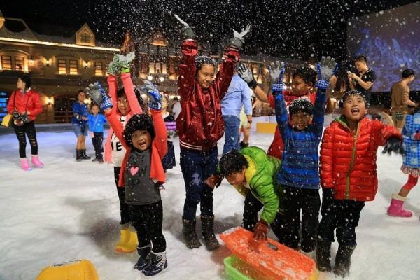 Tuyết được sản xuất bằng công nghệ mới nhất của Nhật Bản, tạo ra loại tuyết giống với tuyết thật