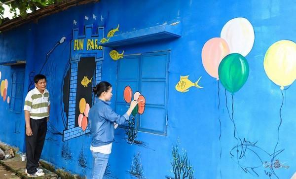 Một cô giáo thuộc Câu lạc bộ Giáo viên dạy mỹ thuật ngành giáo dục Tam Kỳ đang hoàn thành tác phẩm của mình