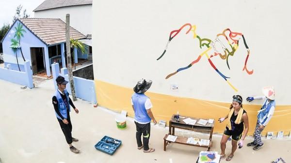 Các họa sĩ vẽ trên các tường nhà, cổng ngõ, tường rào góp phần đưa nghệ thuật vào đời sống tinh thần của nhân dân xã biển.