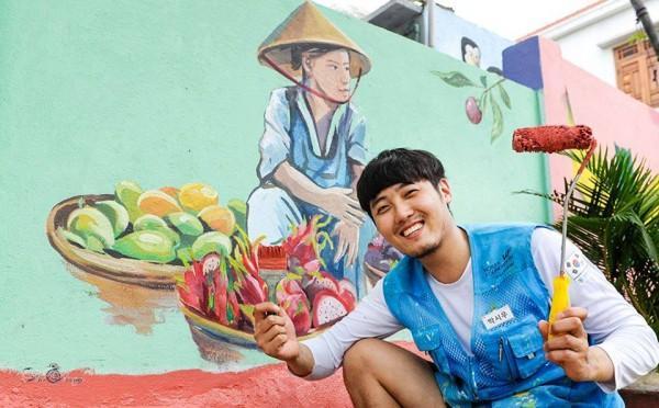 Họa sĩ Hàn Quốc thích thú với tác phẩm của mình