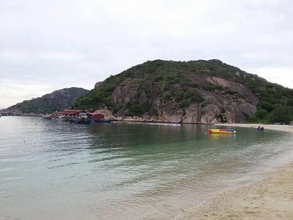 Bãi Nồm bãi biển sạch tập trung nhiều người tắm, sóng đánh khá mạnh, đứng vững nhé không thì sẽ ngã đấy.