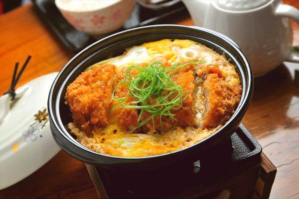 Cơm thịt heo katsudon - món ăn truyền cảm hứng cho Banana Yoshimoto trong Kitchen