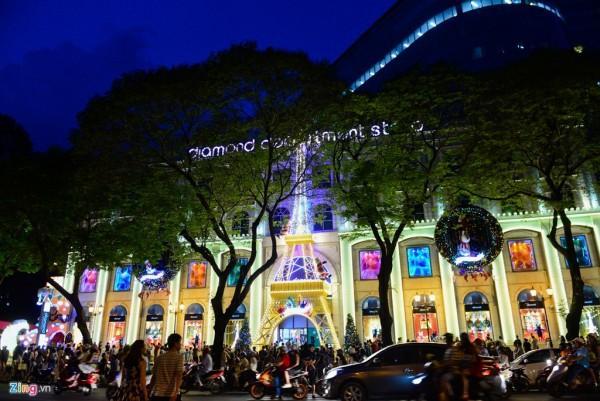 Một trung tâm thương mại trên đường Lê Duẩn (quận 1) trang trí đèn nhiều màu sắc rực rỡ, cuốn hút người dân đến tham quan, mua sắm.