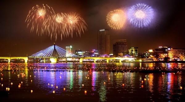 Cầu sông Hàn rộn ràng pháo hoa đón tết
