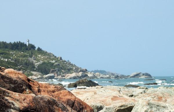 Biển Tân Phụng Bình Định nơi sóng và đá giao nhau