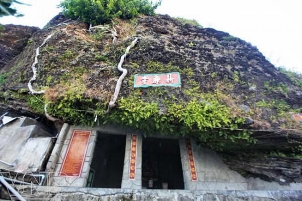 ... gọi là chùa Hang, vẽ đẹp của chùa Hang là màu đá nham thạch với vách đá dựng đứng cao tầm 20m mang đến những vẽ đẹp ấn tượng cho du khách.