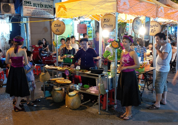 Phố ẩm thực Hàng Buồm: điểm đến cuối tuần cực hút ở phố cổ