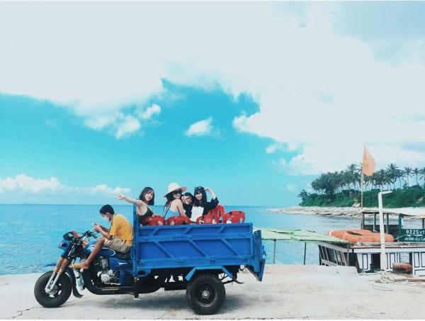 Xe lam di chuyển trên đảo