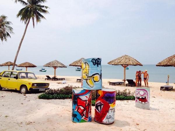 """Golden Sand Bar Phú Quốc vừa là nơi lý tưởng để thư giãn, vừa là địa điểm tuyệt vời cho các cô cậu check in, """"sống ảo"""", chụp choẹt mỗi khi đến ..."""