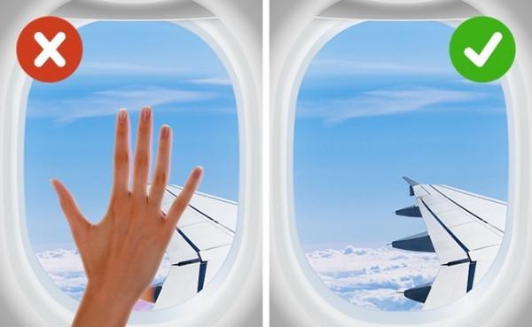 Hạn chế chạm vào vật dụng trên máy bay