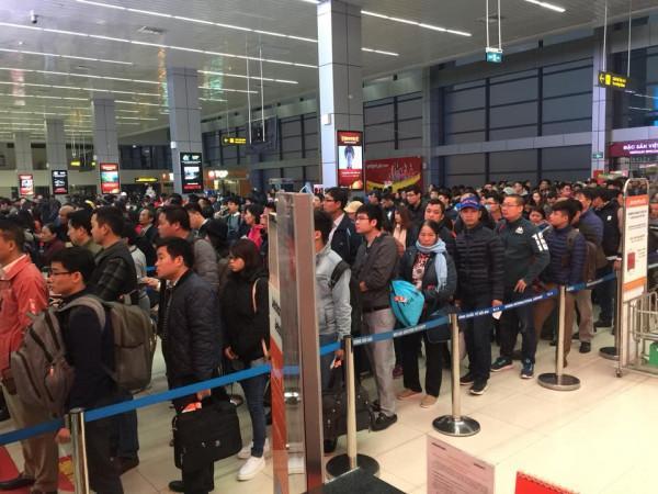 Hành khách xếp hàng trước cửa an ninh