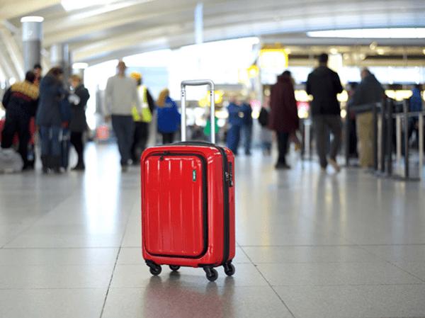 Cẩn trọng kẻo 'tàn đời' vì xách hộ hành lý đi máy bay