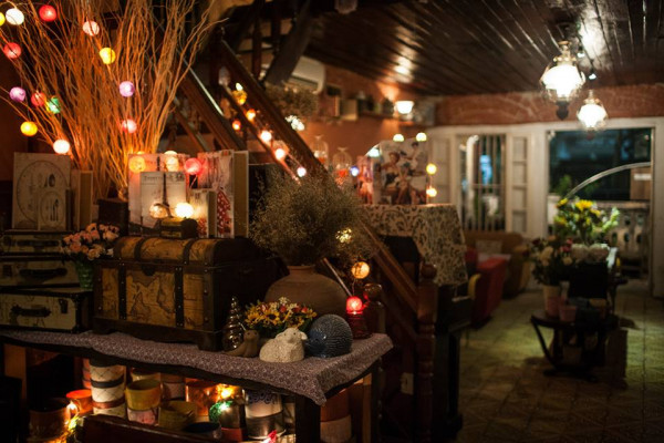 Nhìn bên quán không mấy đặc sắc nhưng bên trong được thiết kế rất xin xắn theo phong cách vintage.