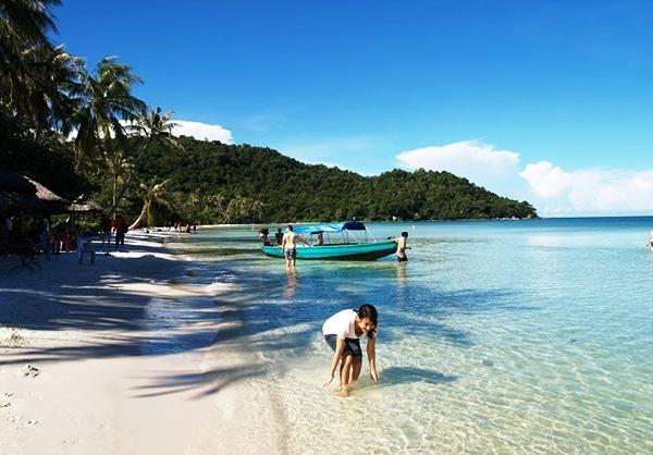 Khách du lịch tắm biển ở Bãi Khem trên đảo Phú Quốc