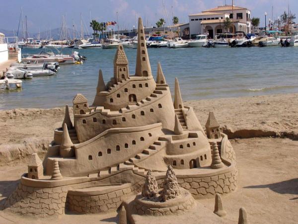 Italia cấm không được xây lâu đài cát trên bờ biển