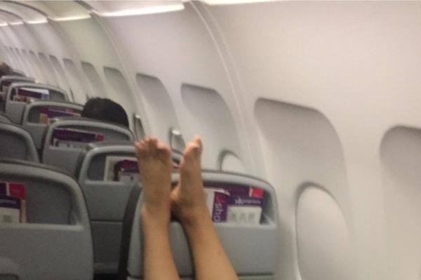 Dùng chân làm phiền các hành khách khác