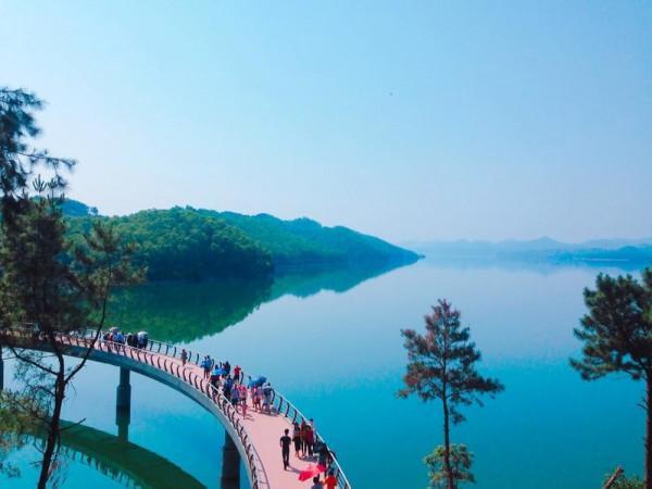 Cầy cầu uống cong trên hồ Kẻ Gỗ được rất nhiều du khách yêu thích