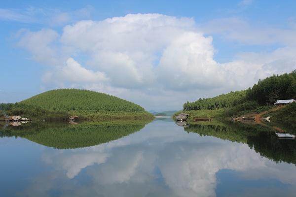 Với vẻ đẹp thơ mộng, hùng vĩ hồ Thác Bà luôn là điểm dừng chân lí thú cho khách du lịch khi đến với Yên Bái.
