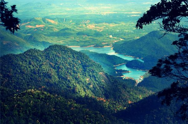 Núi Bạch Mã Hùng Vĩ Giữa Mây Trời