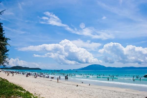 Biển Thiên Cầm đẹp nguyên sơ với mặt biển xanh cùng bãi cát trắng
